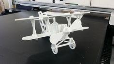 Réalisation d'un avion assemblé en pvc découpé sur table de découpe numérique Zünd