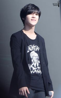 Lee Taemin. Yes he looks good in any colour. But Damn the Black T^T