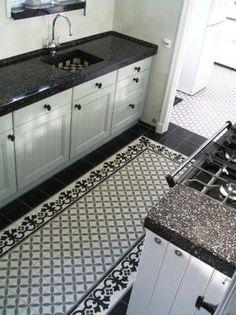 Bekijk de foto van Ietje met als titel Fantastische tegelvloer in klassieke keuken.   en andere inspirerende plaatjes op Welke.nl.