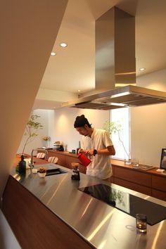 夫婦2人住まいの為のオーダーキッチン。チークでありながら、シンプルに仕上がりました。 ステンレスワークトップ バイブレーション仕上げ ウレタンオイルフィニッシュ 水栓 グローエ ミンタ Cafe Interior, Interior Exterior, Kitchen Interior, Kitchen Design, Japanese Kitchen, Japanese House, Japanese Interior, Farmhouse Style Kitchen, Fashion Room