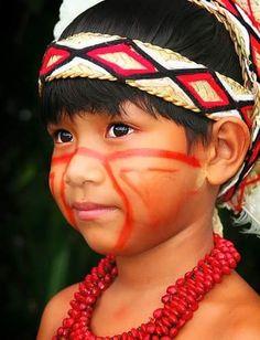 He has such beautiful eyes - Santa Cruz Cabrália, Bahia, BR, We Are The World, People Around The World, Beautiful Children, Beautiful People, Beautiful Eyes, Arte Tribal, Indigenous Tribes, American Spirit, Modern Kids