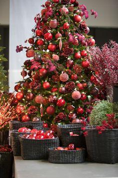 Thema rood met prachtige kerstballen en  fijne takken. Sober, niet overladen gedecoreerd.