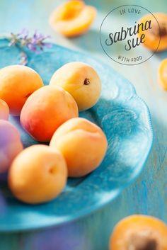 Ein veganes Sommer Rezept für gebackene Aprikosen mit lecker Kokoscreme und knusprigem Macadamia-Amaranth Crunch. Das perfekte Sommer Gute Laune Dessert.