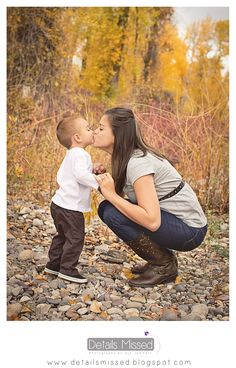How to take your own family pictures: http://detailsmissed.blogspot.com/2013/10/my-fall-family-pictures-family-portraits.html  Details Missed Photography