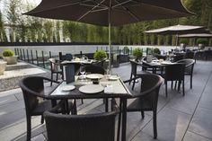 Disfruta de la tranquilidad de la terraza del AC Hotel Atocha by Marriott mientras degustas una selección de platos mediterráneos actuales y ligeros.