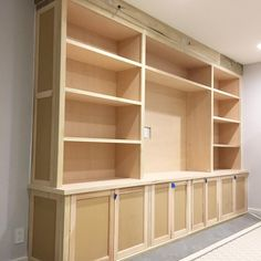 Family Room Built-In - Building and Installing The Shelves - Remodelando la Casa Diy Built In Shelves, Built In Shelves Living Room, Living Room Wall Units, Built In Bookcase, Built In Cabinets, Bookcases, Home Theather, Fine Home Building, Living Room Entertainment Center
