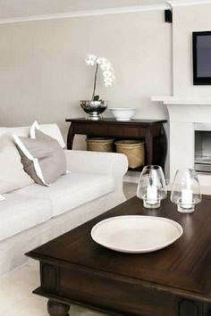#Beautiful #Chic #LivingRoom #contrast #white #greige #walnut #woods #walnoot #hout #chique www.leemconcepts.nl