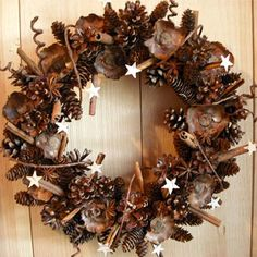 Pinecone wreath with a twist Christmas Nail Art, Christmas Holidays, Christmas Wreaths, Christmas Ornaments, Christmas Ideas, Xmas Crafts, Diy Crafts, Pine Cone Decorations, Diy Party