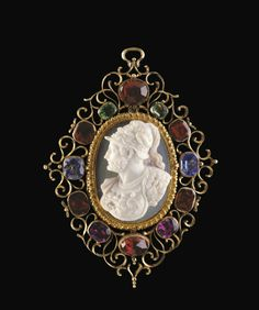 A CARVED OVAL ONYX CAMEO BUST OF A BEARDED WARRIOR -  16TH CENTURY