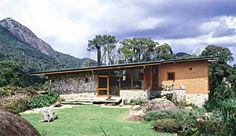 Construída no vão entre duas grandes rochas no alto da Serra da Mantiqueira...