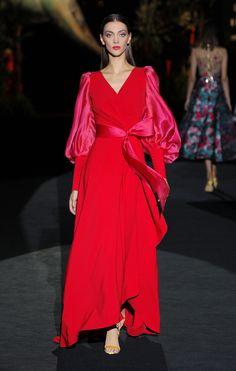 ✫♦๏༺✿༻☘‿MO Aug ‿❀🎄✫🍃🌹🍃🔷️❁`✿~⊱✿ღ~❥༺✿༻🌺♛༺ ♡⊰~♥⛩⚘☮️❋ Red Fashion, Fashion 2020, Fashion Show, Fashion Dresses, Fashion Design, Beautiful Dresses, Nice Dresses, Mode Glamour, Fashion Photography Inspiration