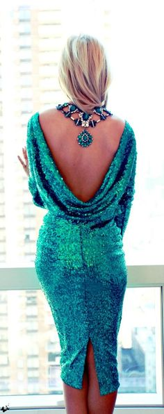 I live the back of this dress and that she wore the necklace to accentuate her back !fabulous style !