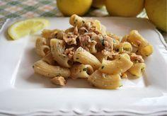 La pasta al tonno è quanto di più classico ci possa essere nella cucina italiana. Dopotutto per prepararla servono solo una scatoletta di tonno e un pò di pasta, dicono. Ma è davvero così? Certo, buona è buona anche ridotta ai minimi termini, con solo pasta e tonno, ma se seguite la mia ricetta, avr
