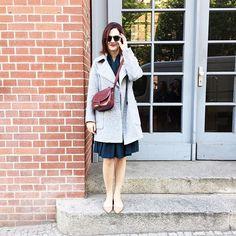 "Berlin vibes - look meio retrô tipo ""leste europeu nos anos 40"" para hoje - casaco Zara, vestido vintage, bolsa Hermès vintage, sapato Valentino e óculos Karen Walker. O batom é o Flat Out Fabulous da MAC."