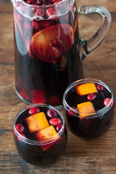 Cranberry Sangria: 1 bottle red wine (Cab Sauv), 1 cup cranberry juice, 1 cup fresh cranberries, 1/2 cup brandy, 1/2 cup orange juice, 2 persimmons (cut into small wedges), 1 cinnamon stick, 1 orange (cut into wedges). Combine everything in a large pitcher or sangria bowl and refrigerate for 2-3 hours, or overnight before serving. Thanksgiving Cocktails, Thanksgiving Recipes, Holiday Cocktails, Christmas Drinks, Christmas Night, Christmas Cooking, Cranberry Sangria, Winter Sangria, Brandy Sangria