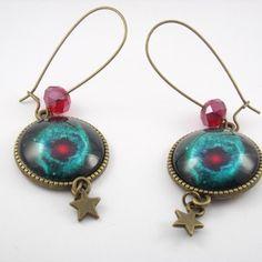 Boucles d'oreilles grande dormeuses métal bronze, cabochons en verre motif cosmique et perles en verre facetté rouge.