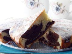 🥛TORTA MARMORIZZATA YOGURT E CACAO🥛, un dolce semplice e buonissimo. L'impasto si prepara in pochi minuti, non contiene burro ed è soffice e leggero, perfetto per la colazione o la merenda di grandi e piccini. L'effetto marmorizzato si ottiene sovrapponendo l'impasto bianco (alla vaniglia) a quello scuro (al cacao), alternandoli a cucchiaiate nella tortiera. Una volta sfornato il dolce, oltre al profumo inebriante, diventa impossibile non innamorarsi anche del meraviglioso intreccio di… Cacao, Dolce, Yogurt, Pudding, Desserts, Food, Tailgate Desserts, Deserts, Custard Pudding