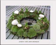 Zelf paaskransen maken Easter Flower Arrangements, Easter Flowers, Floral Arrangements, Diy Crafts How To Make, Fun Crafts For Kids, Easter Wreaths, Christmas Wreaths, Deco Floral, Easter Crafts