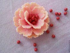 Сегодня я покажу вам, как сплести и собрать маленький цветок из бисера. Такие цветочки мне очень нравятся и служат непременными элементами моих цветочных колье: это средний цветок в кремовом колье, самый маленький — в шоколадном и самый маленький — в розовом. А теперь и вы научитесь их делать. Сразу оговорюсь, что я не раскрываю номера оттенков, которые использую в плетении.