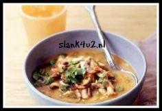 Een tongstrelende Thaise kippensoep. Een heerlijke koolhydraatarme Thaise soep die een streling is voor je smaak papillen. Dit gerecht is ei-vrij, lactosevrij en glutenvrij. Vissaus wordt veel gebruikt in de Zuidoost Aziatische keuken en dus ook de Thaise keuken... #champignons #eivrij #geeneieren
