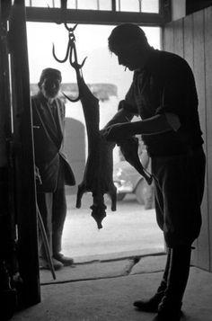 Κρητικός τεμαχίζει αρνί-Κρήτη 1955