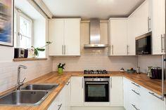 The U-shaped kitchen design is a popular option for interior designers, kitchen contractors and homeowners alike. White Kitchen Backsplash, White Kitchen Decor, White Kitchen Cabinets, Design Your Kitchen, Interior Design Kitchen, Kitchen Designs, Beautiful Kitchens, Cool Kitchens, High Gloss White Kitchen