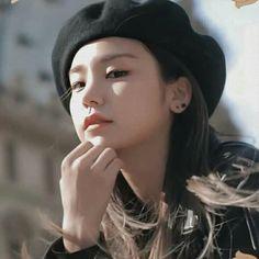 Kpop Girl Groups, Korean Girl Groups, Kpop Girls, Korean Best Friends, Korean K Pop, Blackpink Photos, Cute Celebrities, Kpop Aesthetic, Beret