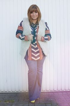CONQUORE · The Fatshion Café   Fall Outfit 70ies style with fake fur, tunika and flared jeans  www.conquore.com  #plussize #sizediversity