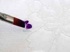 """Blitz-Colorieren auf Aquarellpapier: Damit sich das Papier nicht wölbt, habe ich es mit dem wieder ablösbaren Kleber auf dem Untergrund festgeklebt. Soviel sprühen, bis sich das Wasser in den Flächen zu wölben beginnt und wirklich alles mit Wasser ausgefüllt ist, aber (wichtig!) noch nichts über die embossten Striche """"überschwappt"""":"""
