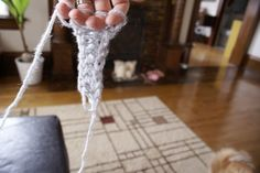 finger knitting tutorial, for kids and adults! Use it to decorate or make a scarf. Fun!