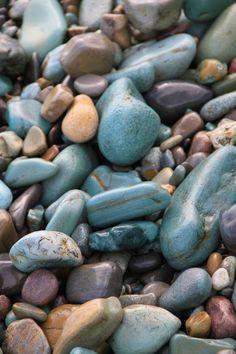 La plage volcanique est recourverte de galets bleus et verts de toutes les tailles