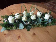 adventstuk gemaakt op een houten dienblad met oase Christmas Flower Arrangements, Floral Arrangements, Vintage Rosen, White Christmas, Living Room Decor, Christmas Decorations, Merry, Easter, Candles