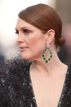 Julianne Moore in Emerald and Diamond Hoop Earrings by Chopard at Cannes Film Festival 2015 Emerald Earrings, Emerald Jewelry, High Jewelry, Bling Jewelry, Statement Earrings, Jewelery, Unique Earrings, Jewelry Box, Julianne Moore