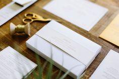 Invitación de boda, sobre, menú, bengalas. Diseño moderno en tonos dorados y caligrafía. Boda elegante diseñada por Detallerie. Wedding stationery in gold shades: invitation, menu, sparklers, envelope. Elegant wedding by Detallerie.