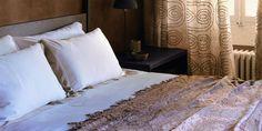 Un mas de rêve dans les Alpilles - PLANETE DECO a homes world Bed Pillows, Pillow Cases, Showroom, Furniture, Home Decor, Big Pools, Pillows, Decoration Home, Room Decor