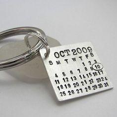 Dica de presente para datas significativas: plaquinha com um pequeno calendário com o mês e a data