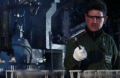 """Cooperativa Cristal Avellaneda Las puertas estaban cerradas, la entrada lucía desolada. Los rostros de los trabajadores de la empresa Cristalux estaban angustiados porque intuyeron lo peor: la fábrica había quebrado. En ese momento, un grito irrumpió en medio del zumbido de rumores, """"¡debemos permanecer unidos!, tenemos que luchar por recuperar la fábrica, nuestra fuente de trabajo"""""""