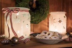Die selbst gemachten Windlichter aus alten Marmeladegläsern wurden mit Sternen beklebt und Lackfarbe besprüht. Inspiration, Advent, Home Decor, Decorating Ideas, Creative, Enamel Paint, Repurposed, Tablewares, Candles