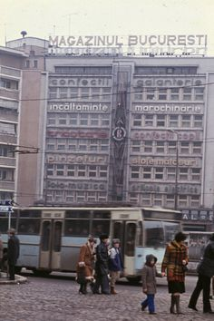 București în 1986 – 21 de fotografii | Muzeul de Fotografie Romanian Flag, Central And Eastern Europe, Bucharest Romania, Macedonia, Public Transport, Wonderful Places, Alter, Places To Visit, Building
