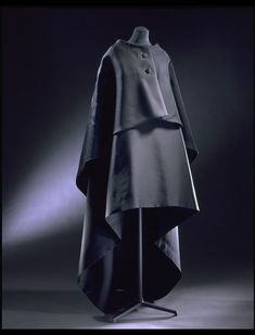 Balenciaga:A evening gown and cape from which resembles a mozzetta – an elbow-length robe worn by clerics and monks. Cristóbal Balenciaga was a devout Catholic and religious references appeared frequently in his designs. Balenciaga Work, Givenchy, Balenciaga Vintage, Christian Dior, Richard Avedon, Victoria And Albert Museum, 1960s Fashion, Vintage Fashion, Vintage Couture