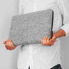 POKROWIEC NA LAPTOPA 01 czarny zamek (sprzedawca: purol design), do kupienia w DecoBazaar.com #pokrowiec #macbook #laptop #filc #szary