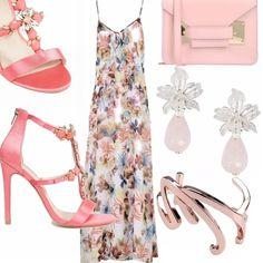 Abito lungo a fiori con piccolo accenno di ruches sul davanti, borsa a mano rosa e sandalo in corallo modello gioiello, orecchini preziosi come il bracciale stiloso.