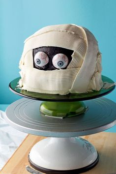 How to an Easy Make a Spooky Mummy Cake with Video | The Barefoot Baker #bearfootbaker #edibleart #cakes #mummycake #halloween #halloweencakes #spookycakes Happy Halloween, Halloween Sweets, Halloween Cookies, Halloween Horror, Halloween Party, Cupcakes, Cupcake Cakes, Shoe Cakes, Box Cake Mix