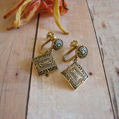 Ethnic jewelry. Screwback earring. gold tone vintage by Timeagain
