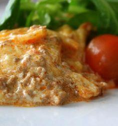 Låter kanske lite tokigt- men oj så gott ! Själva potatisgratängen gör jag som jag brukar. 8-10 mellanstora potatisar 5 dl grädde 2,5 dl creme fraiche eller 2 burkar smaksatt färskost 1- 2 pressade vitlökar Smör Salt och peppar¨ Köttfärsröran: 500 gram blandfärs Smör 1 pressade vitlök 1 riven gullök 1/2 dl chilisås … Läs mer