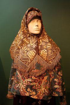Russian Traditional Dress, Traditional Fashion, Traditional Dresses, Historical Costume, Historical Clothing, Marriage Dress, Russian Folk, Fashion Catalogue, Period Costumes
