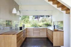 Stort vindu over kjøkkenbenken.
