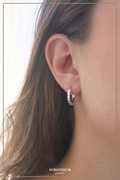 Unsere süßen Ohrringe in Silber sind die perfekten Begleiter zu Ihren Alltagsoutfits! Kreolen passen zu jedem Style und können vielseitig kombiniert werden. Diamond Earrings, Stud Earrings, Jewelry, Fashion, Stud Earring, Moda, Jewlery, Jewerly, Fashion Styles