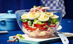 Der würzige Eier-Tomaten Schichtsalat mit Frühlingszwiebeln, Schinken und Remoulade ist der reinste Gaumenschmaus.