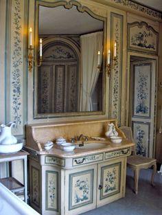 Château de Champs-sur-Marne. En 1895 il est acheté par le banquier Louis Cahen d'Anvers, puissante famille de la haute finance parisienne, et son épouse Louise de Morpurgo; ils font restaurer le domaine et le château par l'architecte Walter-André Destailleur, qui avait déjà édifié pour eux en 1880 l'hôtel au 2, rue de Bassano à Paris, salle de bains de la chambre de Madame